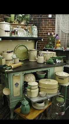vintage kitchen enamelware old stove display Old Kitchen, Green Kitchen, Kitchen Items, Country Kitchen, Kitchen Decor, Kitchen Stove, Kitchen Display, Kitchen Ware, French Kitchen