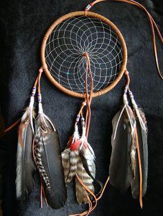 """TRAUMFÄNGER (Hand made from Kokopelli Guadarrama) Titlahtin – """"Das, was mich beruhigt""""     Bei dem Azteken die Traumfänger, Sie nannten ihn Titlahtin, was übersetzt heisst, """"das, was mich beruhigt"""". Im alten Aztekenreich glaubte die Bevölkerung, das sie von geheimnisvollen Kräften einer unsichtbaren Welt umgeben waren und da gab es gut und böse Energien. Eine Möglichkeit um Kontakt mit der unsichtbaren Welt aufzunehmen, war das Träumen. In diesen Träumen erschienen, Gestalten, Tiere, Energi"""