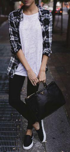Playera neutral gris jeans negros tenis y blusa de cuadros negros blanco y gris desabotonada