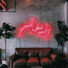Good Vibes Only! Get a beautiful neon art sign to dress your wall! We can customize your personalized Neon Signs,Let your imagination run… Coffee Shop Design, Cafe Design, Casa Rock, Personalized Neon Signs, Neon Signs Home, Coffee Shop Aesthetic, Beauty Room Decor, Light Up Signs, Neon Room