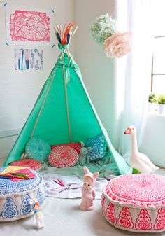 Chambre d'enfant avec un tipi, espace de jeux kids bedroom love the colors and the teepee Colorful Playroom, Playroom Colors, Deco Kids, Blog Deco, Little Girl Rooms, Kid Spaces, Kidsroom, Kids Decor, Decor Ideas
