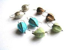 'Lampion oorbellen' van Anneke Bruin.  Porselein, div. maten lampionnetjes.