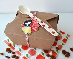 Vrolijke #traktatie in #Sneeuwwitje thema. In het doosje zit onder andere een kaartje met het recept: Appeltjes van Sneeuwwitje.
