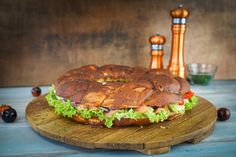 Dieser große Party-Laugenkranz ist ideal vorzubereiten und ein perfektes Rezept für ein Buffet. Der Kranz kann individuell mit Sucuk, Putenbrust, Käse, Avocado oder Zutaten deiner Wahl belegt werden.