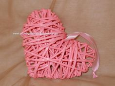 Serce z papierowej wikliny.  Heart with paper wicker.