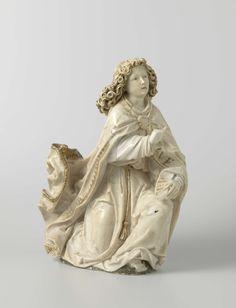 Tilman Riemenschneider | The Annunciation, Tilman Riemenschneider, c. 1485 - c. 1487 | Op een grondje knielt de engel naar rechts op één knie, heeft de rechterhand naar voren en houdt in de linker een spreukband. Zijn weelderig krullende haar valt tot over de schouders; zijn blik is iets naar boven gericht, de mond even geopend, waardoor de tong zichtbaar is. Hij draagt over een amict een koorhemd, waarvan de mouw aan het einde is teruggeslagen en om het middel een gordel. De koorkap, voor…