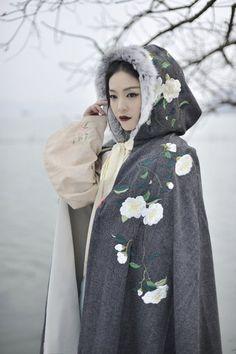 "ziseviolet: "" 清辉阁/Qinghuige hanfu (han chinese clothing) collections, part 10 - winter cloaks & accessories "" Hanfu, Cheongsam, Korean Traditional Clothes, Traditional Fashion, Traditional Dresses, Traditional Chinese, Asian Style, Chinese Style, Mode Mori"