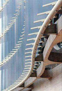 La implantación del edificio en el área temática abierta a cargas de viento y la alta incidencia de la luz solar, requiere el diseño de una fachada protegida por el sistema de brise soleil fijo