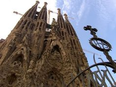 Architect Antoni Gaudi's vision for the Barcelona, Spain: Sagrada Familia, a church under construction for over 130 years, is aided by modern technology. Spanish Lesson Plans, Spanish Lessons, Pont Du Gard, Antoni Gaudi, My Church, Travel Videos, Beautiful Buildings, Monument Valley, 3 D