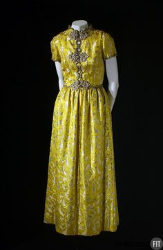 Oscar de la Renta at Elizabeth Arden yellow lurex brocade evening dress with USA oriental fabric with frog closures and decoration inspired by east Asia. Museum at FIT New York. Vintage Outfits, 1960s Outfits, Vintage Gowns, Vintage Mode, Vintage Clothing, Oscar Dresses, Gala Dresses, Evening Dresses, 1960s Fashion