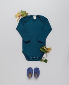 NEW - Fabric - 100% organic cotton, GOTS Ribbed-Jersey in VINTAGE-LOOK Soft - Stretchy - Breathable! Made with Love in EU. .  Baby-body featuring an envelope neck for easy dressing. The ribbed Jersey fabric in skin friendly organic quality allows it to stretch while always maintaining its shape and color. #babybasics #organicbyfeldman #petrolblue #petrolblau #newbornessentials #ribbedjersey #babybody #madeineu #vintagelook 📷 @ana.marchetanu