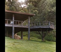 Hillside House, House Deck, My House, Building Design, Building A House, Bungalow Landscaping, Forest Resort, Backyard Cabin, Modern Log Cabins