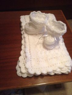 Baby socks and blanket knitted crochet in white  Σετ καλτσάκια και κουβέρτα σε πλεχτό σε άσπρο Knitted Baby, Baby Knitting, Knit Crochet, Baby Socks, Leg Warmers, Baby Items, Crochet Patterns, Baby Blankets, Leggings