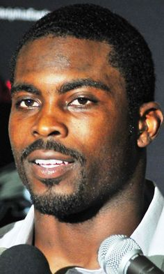 File:Michael-Vick Jets-vs-Eagles-Sept-3-2009 Post-Game-Interview (cropped).jpg