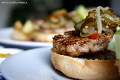 Hambúrguer caseiro de carne de porco e relish de pepinos caseiro fácil e muito saboroso.