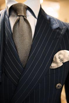 ピンストライプのネイビースーツ着こなし