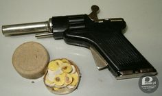 """Pistolet na kapiszony – Do języka potoczne weszło nawet określenie """"Ty kapiszonie""""."""