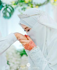 dresses hijab muslim couples the bride Muslimah Wedding Dress, Disney Wedding Dresses, Hijab Bride, Muslim Brides, Wedding Hijab, Pakistani Wedding Dresses, Wedding Bride, Muslim Women, Beautiful Hijab