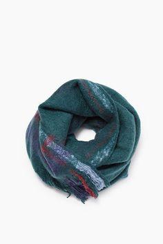 Een zachte sjaal met franje aan de uiteinden. Afmetingen 70x180 cm.    WISHLIST   Pinterest   Scarves, Pink lady and Wardrobes 2018d633c097
