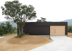 Huge sliding doors at the front and rear of this weekend house allow residents to open out their living spaces to the mountain landscape.