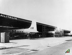 #ThrowbackThursday 1958. Gli #hangar sono diventati troppo piccoli per contenere i moderni DC-7.  #ThrowbackThursday Rome, 1958. The #hangars became too small to host the modern DC-7. #Alitalia #tbt #airline #airport #travel #vintage