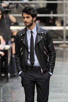 ライダースジャケットにスーツを合わせた着こなし