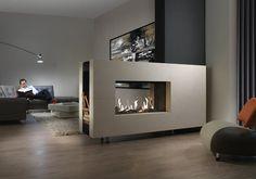 Salone moderno con camino a doppia facciata - Designpics.it