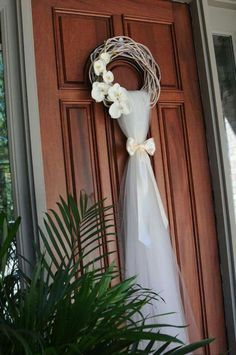 10 Rustic Old Door Wedding Decor Ideas If You Love Outdoor Country Weddings - Ho. - 10 Rustic Old Door Wedding Decor Ideas If You Love Outdoor Country Weddings – Hochzeitsvorbereitu - Wedding Wreaths, Wedding Flowers, Bridal Shower Wreaths, Rose Wedding, Wedding Events, Wedding Ceremony, Outdoor And Country, Country Decor, Dream Wedding