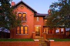 Двухэтажный кирпичный дом с классическим светлым интерьером