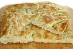 La focaccia è una preparazione semplice e genuina a base di pasta da pane condita con olio e sale, da gustare come spuntino o merenda oppure al posto del pane.