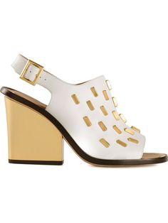 Weiß-goldfarben-schwarze Sandalen mit Nieten aus Leder von Calvin Klein Collection.