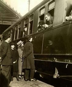 Photo of the day and Albert Einstein leaving Barcelona! World Cities, Best Cities, Old Pictures, Old Photos, Trains, Barcelona City, Curious Cat, By Train, Gaudi
