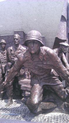 Monumento al alzamiento de 1944 durante la WWII (Varsovia) Wwii, Hats, Warsaw, World War Ii, Hat, Hipster Hat