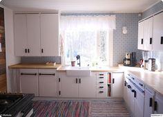 keittiö,integroitu astianpesukone,tee se itse,keittiötaso,keittiökaapit,keittiöremontti,remontti,Tee itse - DIY,työtaso,tiskiallas,50-luku,kierrätys,luonnonmateriaalit,perinnetapetti,valoisa,värikäs,valkoinen,mustavalkoinen,kunnostus,kunnostaminen,puulattia,lankkulattia