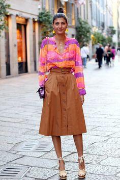 Giovanna Battaglia: cores análogas e marrom! Camisa em tecido flúido e em.cores predominantemente quentes. Saia midi feminilizante : cintura alta e barra em altura comportada.