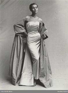 1955. Modell i axelbandslös aftonklänning med sidenkappa. Fotograf: Nordin Nilson