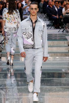 Versace Spring 2018 Menswear Collection Photos - Vogue