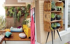 A varanda com jeito de quintal é, segundo a moradora Adriana Gama, o melhor do apartamento. Há deque com pufes, jardim vertical, rede e muito espaço para plantas. A estante feita com caixotes por ela acomoda as suculentas by proteamundi