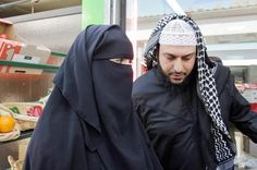 Husband and Wife Arab Girls Hijab, Girl Hijab, Islam Marriage, Cute Muslim Couples, Islam Women, Muslim Family, Muslim Beauty, Muslim Men, Hijab Niqab