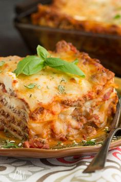Classic Turkey Lasagna Recipe, a simple homemade lasagna recipe that's easy enough for busy week nights. Ground turkey replaces traditional ground beef in this recipe making it lower in calories and fat. Turkey Spinach Lasagna Recipe, Ground Beef Lasagna Recipe, Ground Turkey Lasagna, Lasagna Recipe With Ricotta, Healthy Ground Turkey, Easy Lasagna Recipe, Ground Turkey Recipes, Homemade Lasagna Recipes, Fettucine Alfredo