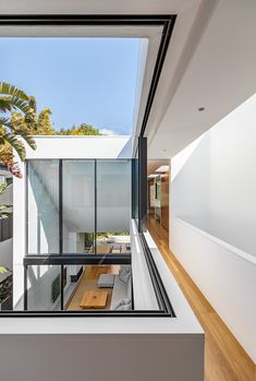 The Cloud House in Bondi was built by Robert Plumb Build and designed by architectural studio Akin Atelier. The simple design of the two-storey residence belies the intricate craftsmanship and structural detail that is present within this project. Atelier Architecture, Interior Architecture, Exterior Design, Interior And Exterior, Interior Tropical, Sage House, Internal Courtyard, Modern Windows, Sliding Windows