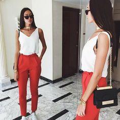 Образ дня: красные брюки, легкий топ, белые кеды и черный клатч. Больше идей для летних образов смотрите по ссылке #glamour_russia