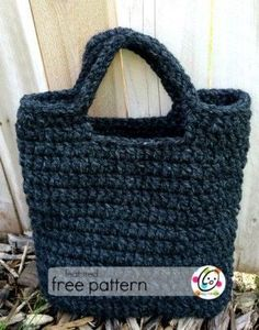 a neat market bag made from mostly double crochet stitches and two strands super bulky yarn Crochet Market Bag, Crochet Tote, Crochet Handbags, Crochet Purses, Crochet Crafts, Free Crochet, Crochet Baskets, Women's Handbags, Tshirt Garn