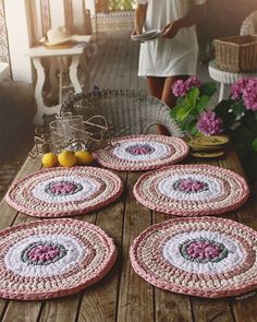 Un bonito montaje de mesa 🌸💕💛 Seis piezas de bajo-platos  de 35 cm cada uno 😍 (en la foto falta uno, mi mesa no es tan grande 😝) #handmade #cute #instagram #deco #garden #trapillo #crochet #flower #home #pink #susimiu