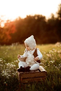 Hand knit, knit bonnet, baby brand, childhoodphotography , nature, baby fashion Hand Knitting, Garden Sculpture, Outdoor Decor, Nature, Baby, Collection, Fashion, Moda, Naturaleza