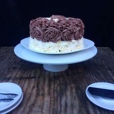 Voici un layer cake très gourmands ultra chocolaté et assez simple à réaliser, si si je vous assure il est plus facile à realiser qu'il n'y paraît! Je l'avais réalisé pour de la famille qui venait de Paris ça les changeais des pâtisseries du commerces...