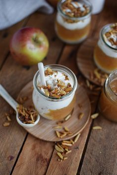 Apfelmus mit Zimtcreme und Karamell-Mandeln Applesauce with cinnamon cream and caramel almonds – The crunchy parsley Sweet Recipes, Snack Recipes, Dessert Recipes, Snacks, Bon Dessert, Eat Dessert First, Delicious Desserts, Yummy Food, Winter Desserts