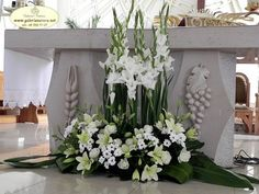 white altar arrangement Funeral Floral Arrangements, Creative Flower Arrangements, White Flower Arrangements, Church Wedding Flowers, Funeral Flowers, Church Altar Decorations, Flower Decorations, Alter Flowers, Image