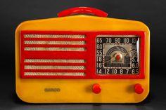 Garod 1450 Catalin 'Peak-Top' Radio in Butterscotch + Red Radio Activity, Eugene Atget, Retro Radios, Yard Art, Jukebox, Tube, Art Deco, Clock, Crafty
