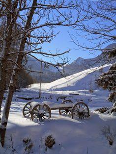 Une vieille charrue sous la neige
